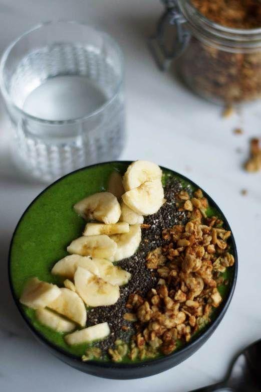 Grøn smoothie bowl med spirulina og peanutbutter granola
