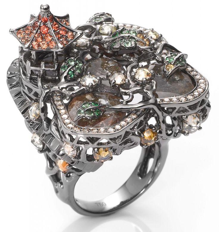 Ring-Wendy-Yue-For-Annoushk  Кольцо из белого золота с разноцветными бриллиантами, оранжевыми сапфирами и зелеными гранатами венди ю юэ
