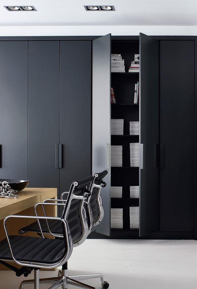 In Amsterdam staat dit prachtige studio appartement van 40m² ontworpen door Piet Boon. Het doel was om een functionele ruimte te maken met dezelfde karakteristieken als een groot huis. Er is een slaapkamer, badkamer, woonkamer, keuken, voorraadkamer en kantoor gecreëerd. Opbergruimte is erg van belang in een klein appartement en daarom zijn de kasten ingebouwd …