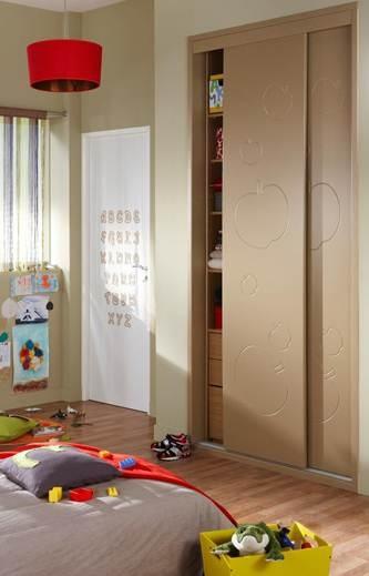 Ce placard personnalisable s'adaptera facilement aux envies de déco de vos enfants. Profitez de sa hauteur pour ranger jouets, vêtements et tout leur petit monde…  Enfin une chambre rangée tous les jours!