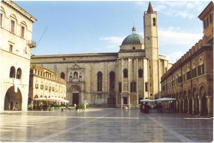 Kaffe på én af de smukkeste piazzaer, jeg nogensinde har set. Ascoli Piceno
