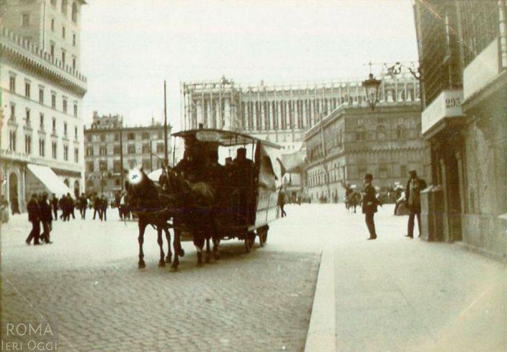 P.zza Venezia (1900) Ancora in piedi con il Vittoriano in costruzione, Pal.zo Desideri a sx e Palazzetto VE a dx. :)