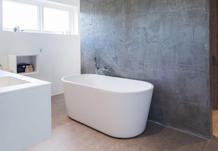 Hvem er skønnest i verden her? På det nye badeværelse i en villa i Holstebro får man måske svaret. Familien har nemlig indrettet et hjørne helliget makeup-bord og spejl – og med masser af naturligt lysindfald.