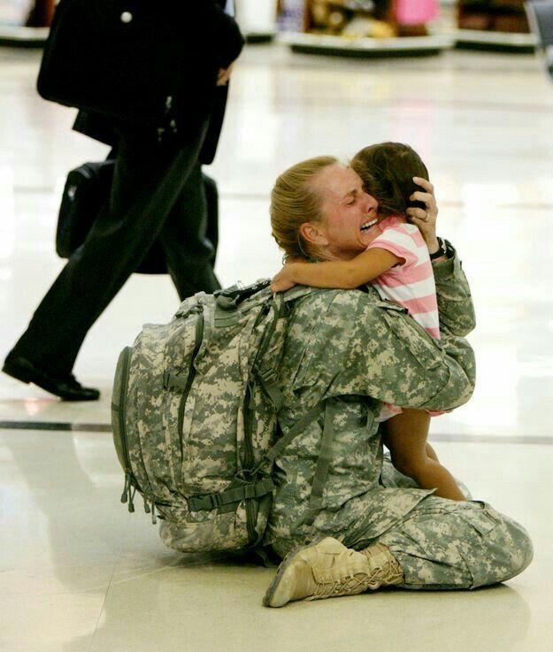 Ondanks dat deze mevrouw in tranen is straalt deze foto de emotie blijdschap uit. De moeder, die in het leger zit, is net teruggekomen van een missie en zo blij om haar dochter weer te zien dat ze ervan moet huilen.