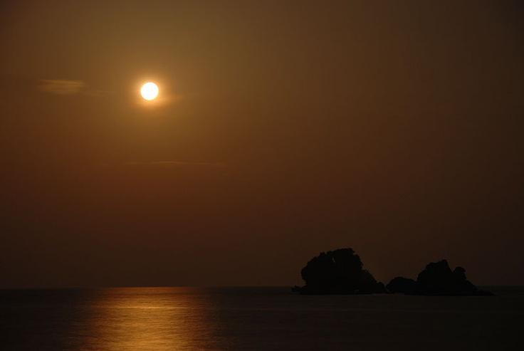 海に浮かぶ岩に住む海鳥は、この日の月を見ながら何を想ったのでしょう。