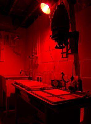De papa van Jonatan hield er in zijn jongere jaren van om foto's te maken, hij vermeld dan ook vaak een 'donkere kamer' zoals hier op de foto.