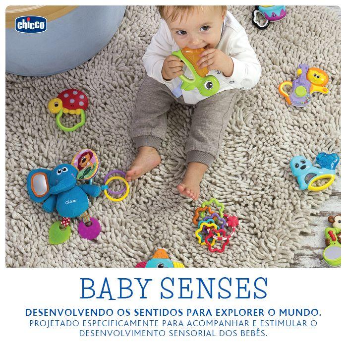 BABY SENSES: Desenvolvendo os sentidos para explorar o mundo. Bebês com poucos meses de idade se tornam cientes do ambiente em que vivem e usam os seus sentidos para refinar suas habilidades relacionais e de sensibilização. O ambiente e os objetos que os cercam são uma importante fonte de visual,de audição e estimulação tátil que fornecem informações preciosas para o seu desenvolvimento. Baby Senses é a linha de chocalho da Chicco, projetado especificamente para acompanhar e estimular (...)
