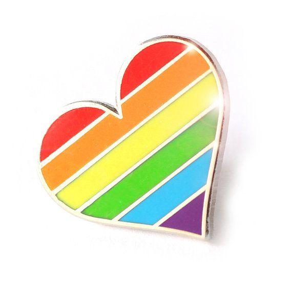 Botón del pin del orgullo LGBTQ, pin bandera LGBT para decorar el bolso / la ropa o lo que tienes en mente! Estar orgulloso de quien eres! Enorgullécete de tus amigos gays! Mostrar al mundo su apoyo a la comunidad gay con el uso de este accesorio colorido.  Tamaño del perno es 20 m m, 0.8 pulgadas. Este prendedor es super robusto Este pin está hecho de colores de esmalte duro y metal.  Cada pin tiene un embrague de goma detrás Cada pin viene con una tarjeta que empareja, envuelta en bols...