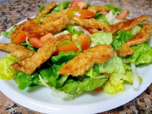 Salata cu snitele - http://www.gustos.ro/retete-culinare/salata-cu-snitele.html