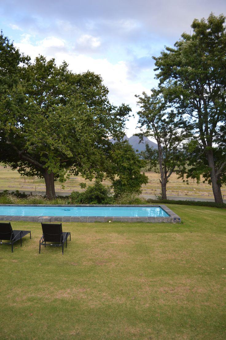 Kyk net die uitsig! Klein Welmoed, net buite Stellenbosch, was die perfekte plek om LekkeSlaap se eerste YouTube-advertensie te kon verfilm.