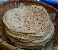 Ingrédients pour 12 chapatis:   - 150grammes de farine de blé (farine de maïs dans le Madhya Pradesh )  - 65ml d'eau tiède  - 2 cuil...