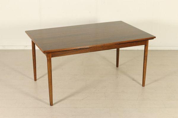 Tavolo allungabile; legno di palissandro. Buone condizioni, presenta piccoli segni di usura.