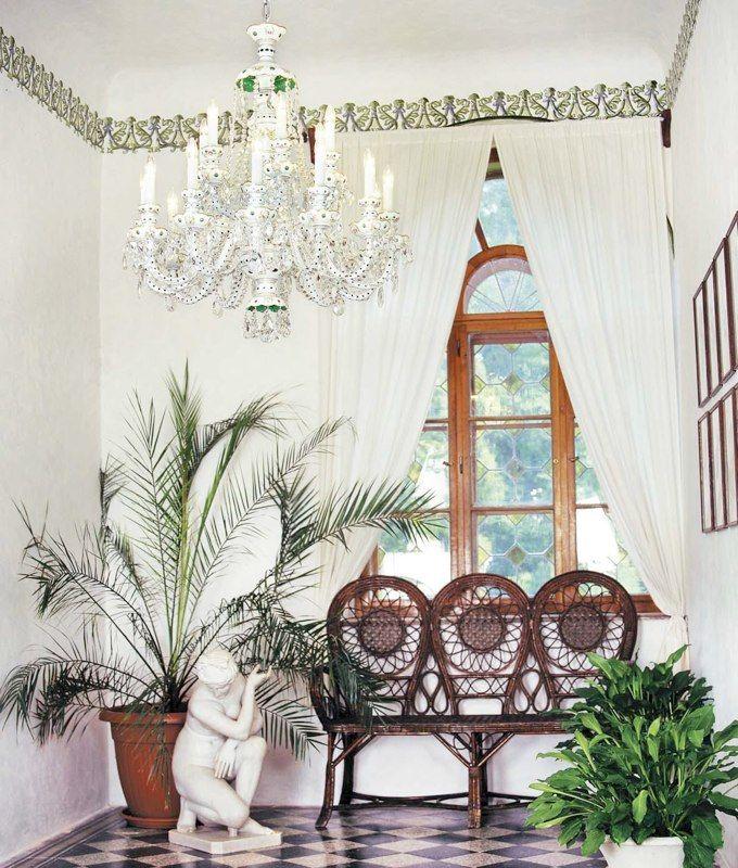 Белая люстра в белой комнате http://www.lustra-market.ru/blog/belaya-lyustra-v-beloj-komnate/  С этой прелестной люстрой, имитирующей старинный свечной светильник, любое помещение становится наряднее!