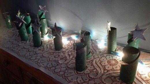Wc-paperirullat maalattiin vihreällä, lisättiin hilettä. Kuivumisen jälkeen leikattiin ja hivenen muotoiltiin... kruunuksi tähti.