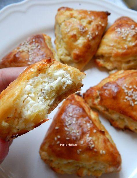 Τρίγωνα τυροπιτάκια κουρού http://www.kitchenstori.es/2015/09/greek-feta-cheese-triangle-pies.html