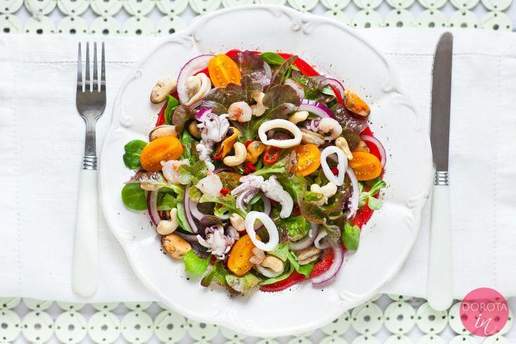 Sałatka z owocami morza dla zapominalskich czyli składniki na poprawę pamięci. Smaczna i kolorowa sałatka z owocami morza, orzechami i warzywami oraz tosty.