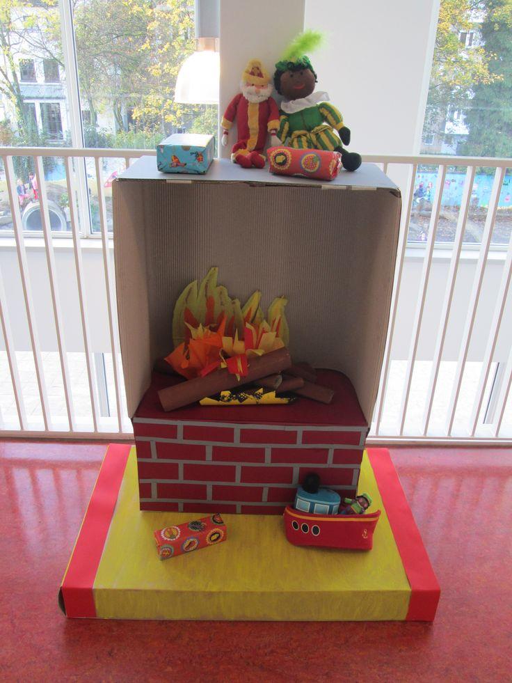 """Open haard 04. Tijdens de versieravond voor Sinterklaas hebben ouders open haarden geknutseld om het """"ouderwets gezellig"""" te maken op school. Nutsschool Maastricht."""