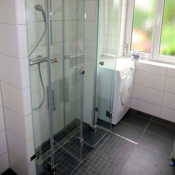 Dusche Zum Wegklappen Platzsparend Im Schmalen Bad Badezimmer