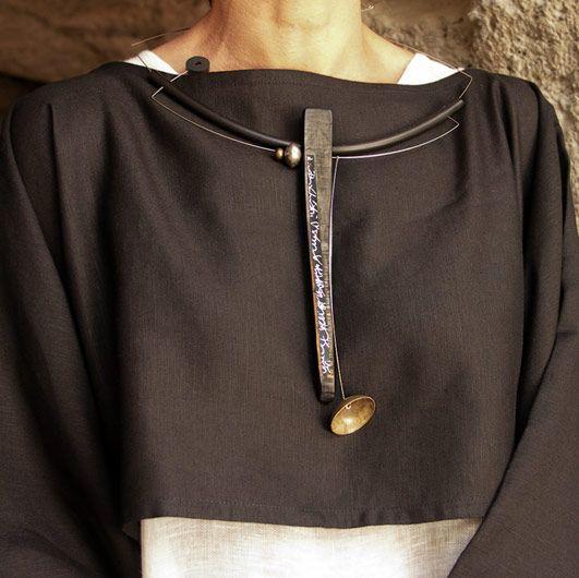 Bijou contemporain: Collier bois, papier calligraphié, tige acier inox et caoutchouc  -neck wire shape