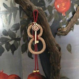 Χειροποίητο επίχρυσο κλειδί με κόκκινο σμάλτο κρεμασμένο σε ένα κορδόνι χρυσό που έχει το σχήμα του 8. Τα χειροποίητα αντικείμενα είναι δυνατόν να έχουν μικρές διαφορές στο βάρος, χρώμα ή διαστάσεις.