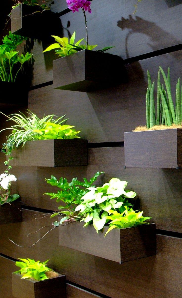 壁面緑化プランター/The planter which can slide a position
