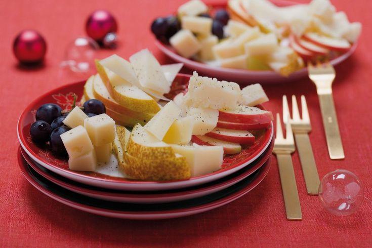 Mezz'ora prima di servire ritirate i formaggi dal frigo lasciandoli a temperatura ambiente e preparate la frutta. Dividete l'uva in 12 grappolini....
