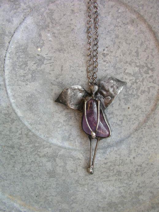 Posel...ametystový.... Šperk je vyroben z cínu,měděného plechu a tromlovaného ametystu 7 x 6 cm,zavěšen na řetízku s americkým zapínáním 65 cm.Šperk je patinován,leštěn a ošetřen antioxidantem