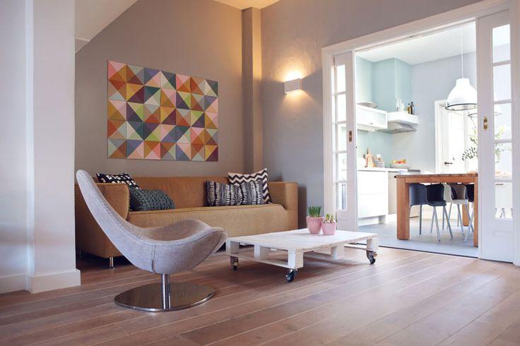 Kenmerken van de jaren 30 stijl zijn natuurlijke materialen, zwart/wit geblokte tegel vloeren, glas in lood, zachte room tinten, brede houten planken op de vloer, een visgraat parket en tegels…