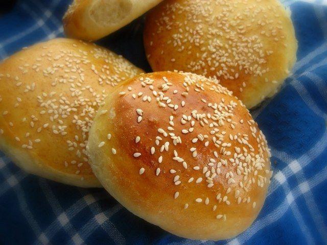Hamburger ekmeği malzemeleri 4 su bardağı un 1 orta boy patates (haşlanmış ve püre yapılmış) 1 yemek kaşığı aktif kuru maya 50 gr. tereyağı (yumuşatılmış) 1 su bardağı ılık süt 1 yemek kaşığı tozşeker 1 yumurta 1 tatlı kaşığı tuz Yarım çay bardağı ılık su (mayayı eritmek için) Üzerine: Süt Susam Hamburger ekmeği nasıl yapılır... Tarifi »
