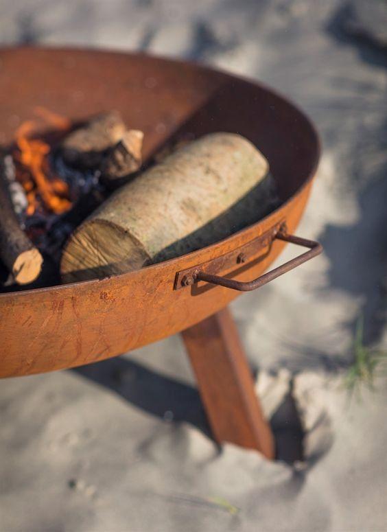 """Vuurschaal """"Foscot"""" is een robuuste vuurschaal voor buiten in de tuin met een industrieel design. De schaal heeft de ideale afmeting om hout blokken in te branden."""