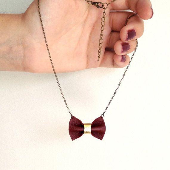 Halskette mit Schleife in Burgund. Perfektes Geschenk zum Valentinstag. GIbt's bei Etsy.