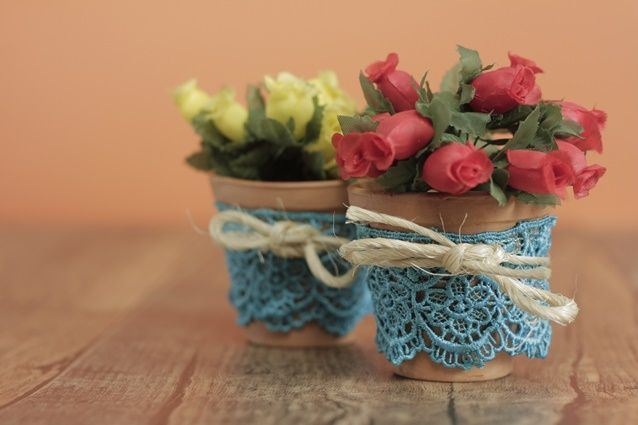 Faça você mesmo um vasinho com renda para decorar a casa, a festa ou dar de lembrancinha para os seus convidados! Confira o PAP Minuto!