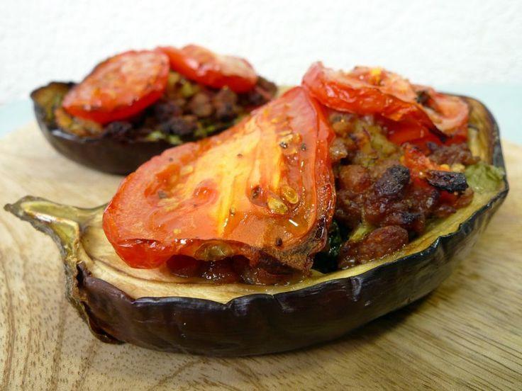 Gevulde aubergines uit de oven zijn zo lekker! Maak ze met gehakt op basis van soja en je hebt een mooi vegetarisch hoofdgerecht.  | http://degezondekok.nl
