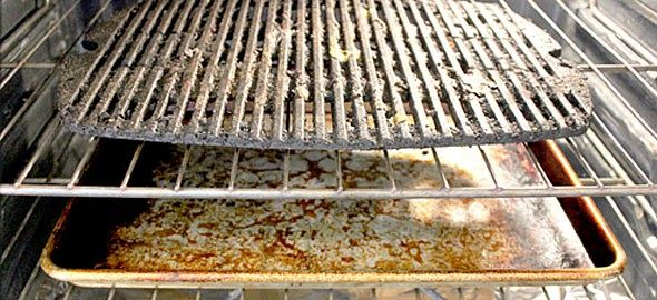 Ο φούρνος σας έχει δουλέψει υπερωρίες. Δεν είναι κρίμα να δουλέψετε κι εσείς αναλόγως για να καθαρίσετε τις σχάρες του, που το ζητούν μετά από τα αλλεπάλληλα μαγειρέματα; Το μόνο που θα χρειαστείς είναι μια πλαστική σακούλα! Το βραδυ βάζετε τις σχαρες μέσα σε μια σακούλα απορριμμάτων. ψεκάζετε μέσα με άφθονο καθαριστικό φούρνου και …