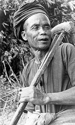 COLLECTIE TROPENMUSEUM Een man van Toba-Batak afkomst met een patjol (gereedschap om het land te bewerken) te Samosir Noord-Sumatra TMnr 10005435.jpg