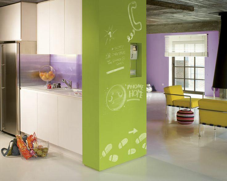 Créez le contraste entre un espace industriel et des couleurs pops. Dans ce loft, couleurs et textures règnent en maîtres. Le vert vif et les murs violets adoucissent le béton brut et attirent la lumière.