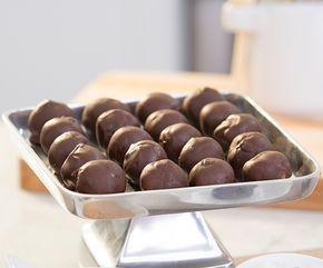 Voici les boules au beurre d'arachides et chocolat de l'émission FIXATE sur Beachbody On Demand. Une combinaison de saveurs magique qui frappe!