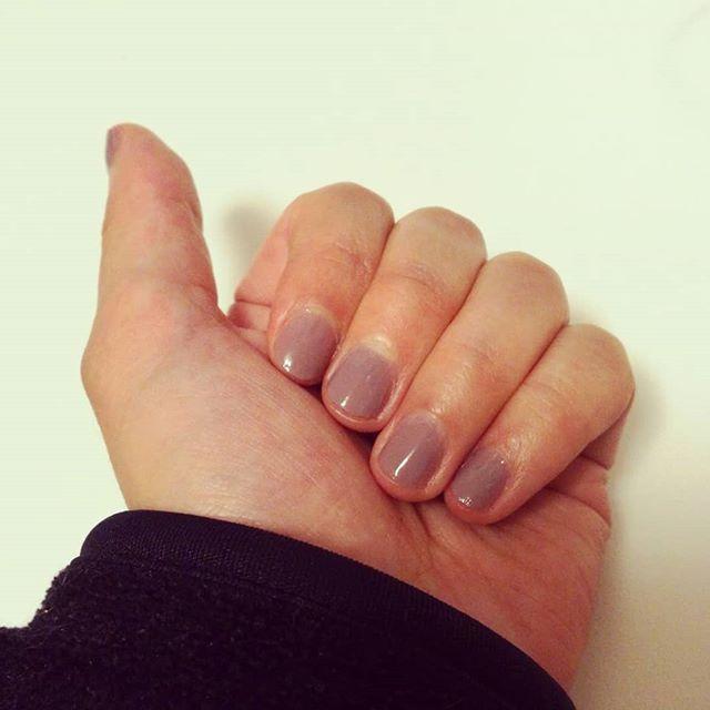 ちっちゃな爪に、下手くそなセルフネイル初心者。あっ、でも写真にするとごまかせるものなのね。 #セルフネイル #初心者 #グレーが好き