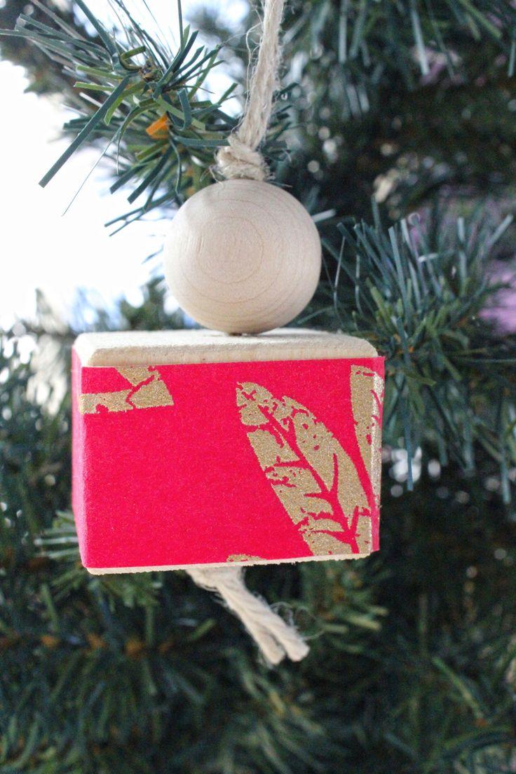Decorazione per l'albero di Natale, per una ghirlanda o da appendere in casa, fatta in legno naturale e carta da parati rossa e oro. di IlluminoHomeIdeas su Etsy