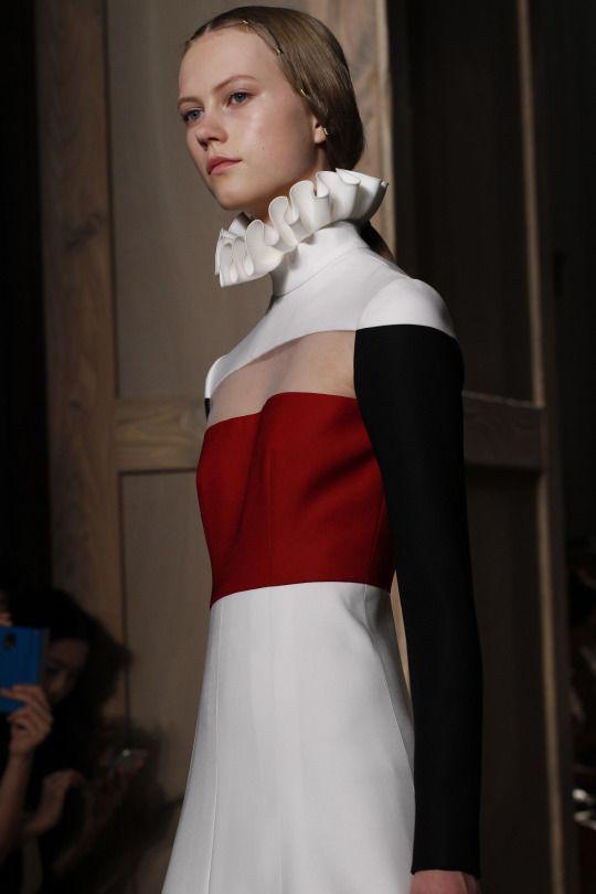 Valentino Haute Couture Fall 2016 Inspiraçao na gola de rufus ( inicio idade moderna), derivaçao do pormenor da camisa interior masculina e que permite destacar a cabeça do corpo e ter uma postura distinta e mais altiva