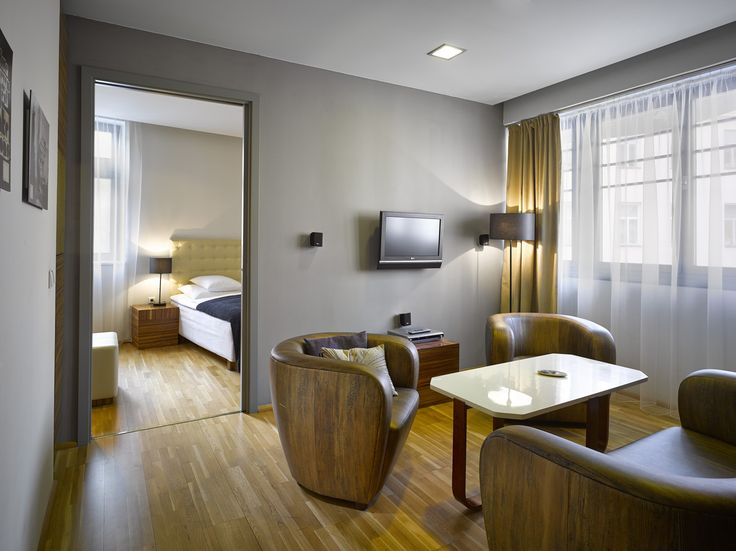 Jetsetters, or solo and business travellers will love this #smartcasual looking Hard Day's Night suite, just off the main square. It is no longer a #secret that this place offers all day long breakfast! Tap link in bio to stay near trendiest spots.