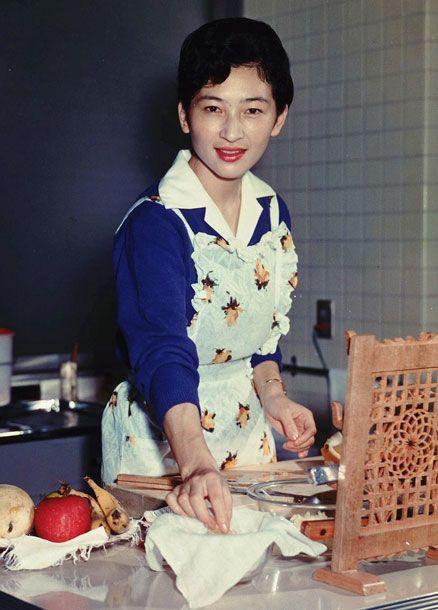 1961年10月、東宮御所の台所でレモンジュースを作る
