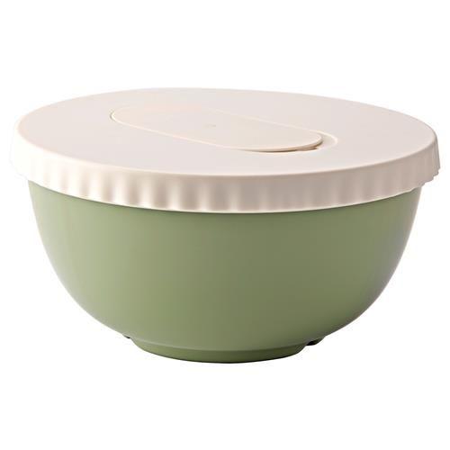 ALLEHANDA Μπολ ανάμειξης με καπάκι - IKEA Το καπάκι έχει ένα άνοιγμα για σύρμα ανακατέματος, ώστε να μειώνονται οι πιτσιλιές όταν ανακατεύετε.  Το μπολ διαθέτει ένα πλαστικό δαχτυλίδι στη βάση του που το κρατάει σταθερό στη θέση του όταν το χρησιμοποιείτε.  Περιλαμβάνεται καπάκι, ώστε να χρησιμοποιείτε το μπολ και για αποθήκευση φαγητών.  Το στόμιο σάς διευκολύνει να αδειάζετε το περιεχόμενο από το μπολ. 9.99