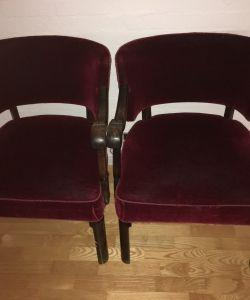 Lækre gamle stole i egetræ med rødt velour (2 stk)Det ene armlæn er løst men kan sagtens limes fastPrisidé kr. 750 pr stk