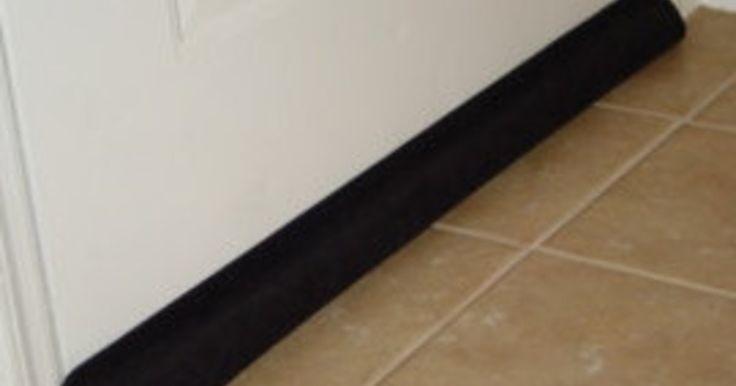Glipt er door een kiertje onder je deur wat koude binnen? Dit heb je nodig 2 lege kartonnen rollen van cadeaupapier een oude panty/legging lijm(pistool)Aan de slag Knip 1 been van de panty of legging af