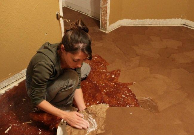 Renovácia podlahy môže hlboko zasiahnuť vaše vrecko.. Laminátové či dokonca drevené podlahy vedia finančne poriadne potrápiť nejednu domácnosť.. Žena v našom článku sa rozhodla urobiť si podlahu z papiera..