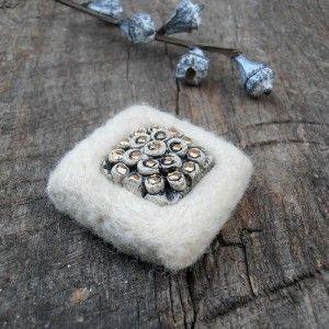 Brož /Brooch /Spilla. Pečlivě pevně jehlou plstěná brož s keramickým kabošonem.  rozměr cca 4x4cm.  Materiál: plsť, keramika, rouno, ceramics, webs, others,