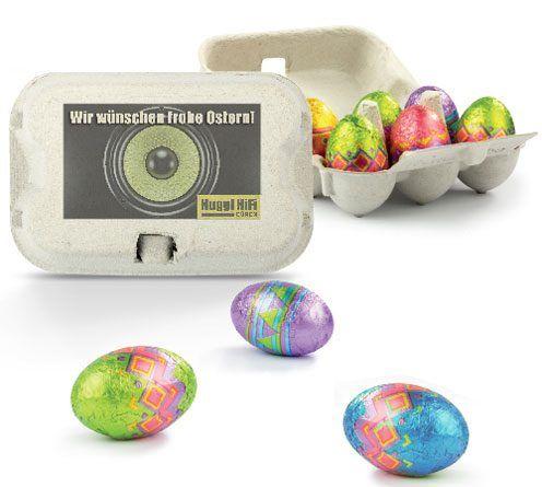 Dieser süße, kleine Eierkarton mit 6 köstlichen Ostereiern ist einfach ein Highlight zu Ostern. Die Eier bestehen aus feinster Vollmilchschokolade und sind in bunter Alufolie verpackt. Zudem wird der Karton individuell nach Ihren Vorgaben bedruckt.