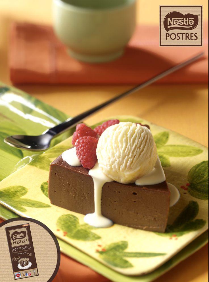 Pastel suave de chocolate con helado de vainilla