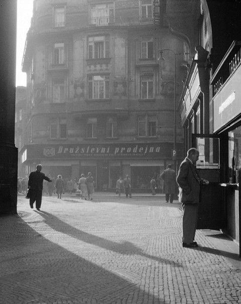 Stíny (512-1) • Praha, 1959 • | černobílá fotografie, u Prašné brány |•|black and white photograph, Prague|
